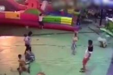 พ่อแม่ระวัง!! ภัยสวนสนุกเคลื่อนที่ปลิว พาเด็ก3ขวบดิ่งพสุธาดับ!(คลิป)