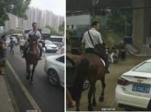 ฮือฮา! หนุ่มจีนเซ็งรถติด ทิ้งรถแล้วขี่ม้าไปทำงานแทน