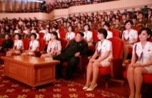 คิม จองอึน สุดชิลล์ ควงภรรยาชมคอนเสิร์ตเกิร์ลกรุ๊ป สาว ๆล้อมรอบนับสิบ(มีคลิป)