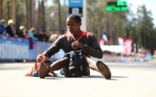 สุดยอด!!!! หนุ่มเคนยาใส่แต่ถุงเท้า ทำลายสถิติวิ่งฮาล์ฟมาราธอน ในเอสโตเนีย (มีคลิป)