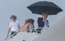 """แน่นอนจริงๆ! """"ทรัมป์"""" ถือร่มเดินลิ่วขึ้นเครื่องบิน ไม่สนลูกเมียเปียกฝน!"""
