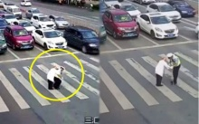 ตำรวจจราจร ช่วยแบกชายชราข้ามถนน รถนับ 10 คันหยุดรอ ไร้เสียงแตร!! (มีคลิป)