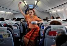 สายการบินจีนสร้างสีสัน ให้แอร์โฮเตสเต้นระบำสาดน้ำบนเครื่อง