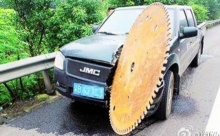 เกือบไปเกิดใหม่แล้ว!! หนุ่มจีนหวิดดับหลัง ใบมีดยักษ์ กลิ้งผ่าเข้ากลางรถลึกกว่า 50 ซม.