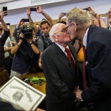 สองคุณปู่ชาวสหรัฐฯ น้ำตาซึมพากันจูงมือจดทะเบียนสมรส หลังกฎหมายคุ้มครองเพศเดียวกันแต่งงานได้!