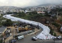เห็นแล้วอึ้ง!!ขยะล้นเมือง กองเต็มถนนทั้งสายในเลบานอน!!
