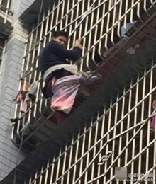 ชายจีนน้ำใจงาม ปีนไปช่วยเด็กแต่ตัวเองกลับติดอยู่บนตึก