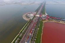 นักท่องเที่ยวแห่ชม ทะเลสาปน้ำเค็มสีแดงในจีน