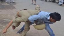 ชาวบ้านแห่ประท้วงหน้ารพ.!! นร.หญิงถูกข่มขืนในห้องไอซียู?! ก่อนปะทะกับเจ้าหน้าที่ตำรวจ