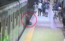 ตะลึงทั้งสถานี!! วงจรปิดเผยนาทีสาวถูกรถไฟหนีบกระเป๋าลากไปทั้งตัว! (มีคลิป)