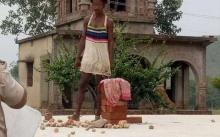 """คลิปสยอง!! คดีสะเทือนขวัญ หนุ่มอินเดียสติไม่ดี """"ฆ่าตัดหัว"""" ครูสาวคาโรงเรียน (มีคลิป)"""