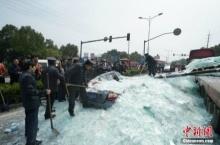 สยอง!รถพ่วงจีนทำกระจกร่วงใส่รถคันอื่น ดับ3ราย!!