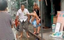 โหดไปหรือเปล่า!พ่อแม่จีนจับลูกแขวนเสาเฆี่ยนไม่หยุด...เด็กคนนี้ทำอะไรผิด ไปดูกัน
