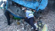 แห่ชื่นชมตำรวจจีนใช้ตัวพยุงร่างคนเจ็บจากเหตุรถชนนานถึง 3 ช.ม.