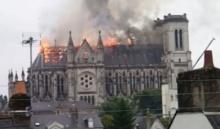 ไฟไหม้โบสถ์เก่าแก่ในฝรั่งเศส นักแสวงบุญแตกฮือวิ่งหนีตาย