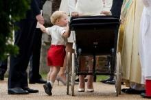 ภาพน่ารัก!! เจ้าชายจอร์จ ขอทอดพระเนตร เจ้าหญิงชาร์ล็อต รับศีลจุ่ม