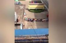 ครูอนุบาลโหด!! เตะนักเรียนเรียงตัว 20 คน หลังออกท่ากายบริหารไม่ได้(มีคลิป)