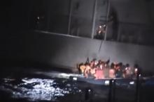 สุดช็อก!! ยามชายฝั่งใช้ไม้เขี่ยเรืออพยพจงใจให้เรือดิ่งกลางทะเล(มีคลิป)