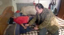 เกือบไม่รอด!! พ่อผุดวิธีรักษาลูกไม่สบายด้วยการเอางูเห่ามาฉก