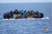 """เผยนาที!!อิตาลีช่วย""""เรือผู้อพยพ""""คว่ำกลางทะเลเมดิเตอร์เรเนียน 600 ราย!!(มีคลิป)"""
