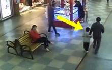 """หนุ่มกำลังเดินห้าง จู่ๆสายตามองไปเห็น """"เด็กชาย"""" หน้าคุ้นๆอยู่กับผู้ใหญ่ 3 คน เมื่อเห็นหน้าเด็กชัดๆ?"""