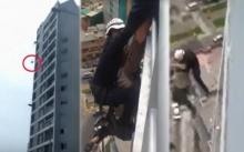 สะเทือนขวัญ!! หนุ่มฆ่าตัวตายดิ้นหลุดมือหน่วยกู้ภัย ร่วงจากชั้น 15 ดิ่งลงไปดับสลด!! (มีคลิป)