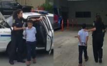 ช็อกต่อหน้าแม่!! ตร.มาจับเด็ก ป.1 ใส่กุญแจมือ ถึงโรงเรียน เหตุต่อยหลังครูจนล้ม!!