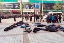 แท็กซี่ฆ่าตัวตายหมู่ ประท้วงหมดสติเกลื่อนหน้าห้าง!!!