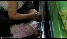 บันไดเลื่อนทำพิษอีกรอบ!! 3 ขวบแขนติดกลางห้างในจีน