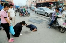 สุดสลด!! คนแก่ล้มหัวฟาดพื้น..ไร้คนช่วยเพราะกลัวเป็น 18 มงกุฏ
