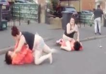 จัดหนัก!!สาวโหดจัดตบกันกลางถนนเสื้อผ้าหลุดโป๊ไม่แคร์สื่อ!!(คลิป)
