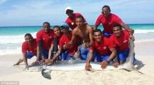 โซเชียลด่ายับ!!! นทท.ทารุณสัตว์...จับฉลามมาโพสต์ท่าถ่ายรูปจนสิ้นใจตาย