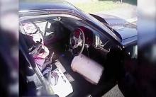 อย่างนี้ก็ได้หรอ? ชายขับรถไม่มีเบาะ ใช้ของเรียงซ้อน แล้วพิง!! (มีคลิป)