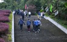 เดินจนจะผอมแล้ว!! นักศึกษาจีน ต้องขึ้นบันไดถึง 326 ขั้น!! กว่าจะไปถึงคณะที่เรียน