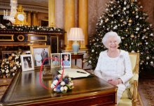 """ควีนอังกฤษทรงวางของที่ระลึกที่ """"ร 9"""" พระราชทานบนโต๊ะทรงงานส่วนพระองค์"""